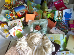 Mel no meio dos presentes que recebeu na maternidade! ;)